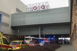 Kvůli výparům z nátěru podlahy v obchodním centru na pražském Chodově bylo evakuováno jedno patro obchodního domu.