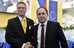 Pavel Bělobrádek gratuluje novému předsedovi Marku Výbornému.