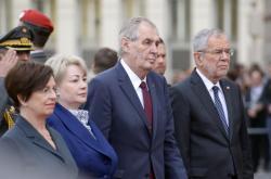 Miloš Zeman s rakouským prezidentem Alexanderem Van Der Bellenem a manželkami