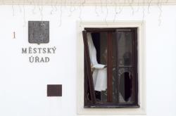 Rozbité okno po výbuchu v Rýmařově