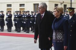 Chorvatskou prezidentku Kitarovičovou na Pražském hradě přijal prezident Zeman