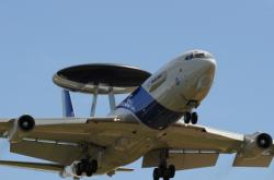 Letoun včasné výstrahy Boeing E-3A AWACS s radarovou anténou a motory Pratt and Whitney.