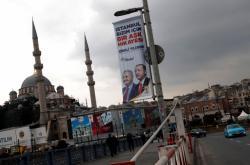 Předvolební plakát vládní AKP v Istanbulu