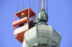 Odborníci sundali poškozenou věžičku kostela v Hranicích