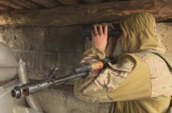 Ukrajinský voják blízko frontové linie v Donbasu