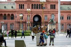 Sběrači papíru před prezidentským palácem v Buenos Aires