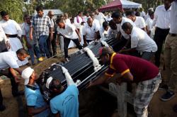 Pohřeb jedné z obětí teroristických útoků na Srí Lance