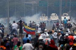 Venezuelané v úterý vyšli do ulic, kde hrozí střety s armádou