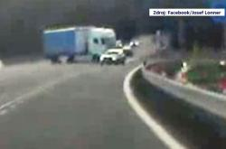 Nebezpečný manévr kamionu u Jablonce