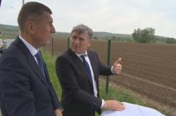 Jiří Čunek ukazuje Andreji Babišovi pozemky pro novou nemocnici ve Zlíně