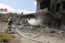 Hasiči likvidují požár nemocnice po náletu syrské armády v provincii Idlib