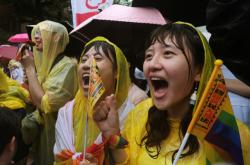 Příznivci sňatků homosexuálů před tchaj-wanským parlamentem