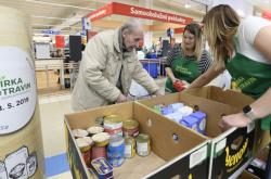 Desetitisíce lidí se od sobotního rána nakupují pro lidi v nouzi