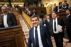 Věznění katalánští poslanci Jordi Sánchez and Oriol Junqueras přicházejí do parlamentu