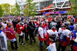 Čeští fanoušci před bratislavským Zimním stadionem Ondreje Nepely