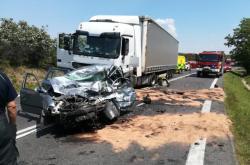 Při dopravní nehodě na silnici 16 u Nové Vsi na Mělnicku zemřel řidič osobního auta, další řidič je zraněný