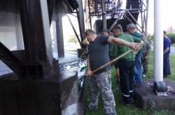 Výlov ryb z chladící nádrže v Třineckých železárnách