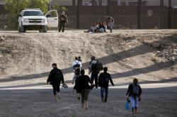 Několik migrantů přešlo koncem května ilegálně hranici mezi Mexikem a USA
