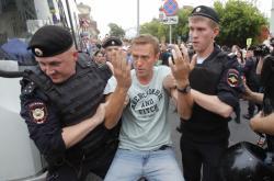 Policisté zatýkají Alexeje Navalného