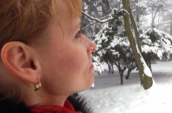 Školená čichačka Lucie Dvořáková pátrá po původu zápachu v Krušných horách