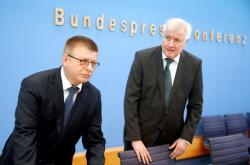 Thomas Haldenwang a Horst Seehofer představili zprávu o extremismu v Německu
