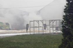 Hasiči likvidují požár chemické látky ve firmě Cheport