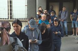 Fronta před úřadem se táhne až na ulici