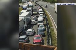 Řidiči odjíždějí v protisměru z kolony na D7