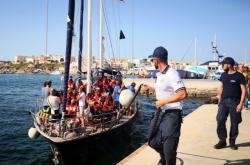 Loď Alex kotví v přístavu na Lampeduse