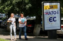Ukrajinci u předvolebního plakátu Porošenkovy Evropské solidarity