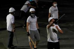 Útočníci v bílých tričkách napadli cestující na nádraží v Hongkongu