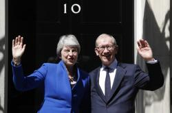 Theresa Mayová s manželem Phillipem se loučí s Downing Street 10
