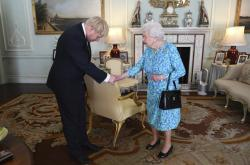 Alžběta II. pověřila Borise Johnsona sestavením kabinetu