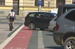 Vyjíždějící auto vytlačilo cyklistu z pruhu do silnice