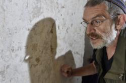 Jaroslav Achab Haidler u židovského nápisu v kurovické tvrzi