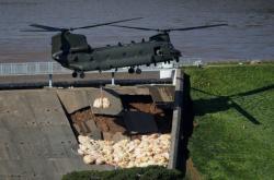 Armádní vrtulník zpevňuje hráz ve Whaley Bridge