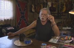 Kuřák. Dvaasedmdesátiletý důchodce Jaroslav z Krnova si přivydělává výrobou kytar a drobnými opravami. Kouří přes 50 let.