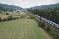 O stromořadí podé vytížené železniční trati se přou úřady