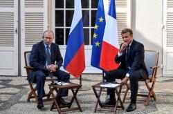 Francouzský prezident Emmanuel Macron s ruským prezidentem Vladimirem Putinem