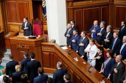 Volodymyr Zelenskyj na první schůzi nového parlamentu. Vpravo bývalí prezidenti