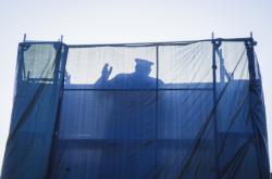 Plachtu kolem sochy Koněva už několikrát sundali odpůrci zakrytí díla