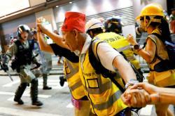 Střet demosntrantů s policií ve čtvrti Mong Kok
