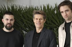 Robert Eggers, Willem Dafoe a Robert Pattinson na fetsivalu v Cannes
