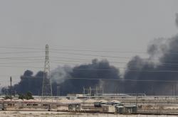 Dým stoupá z požáru ropného zařízení u města Abkajk