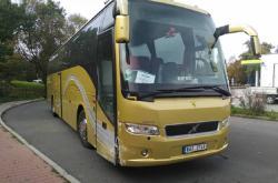 Linkový autobus, jehož řízení převzal cestující poté, co řidič omdlel