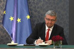 Zástupci vlády a čtyř největších komerčních bank podepsali memorandum. Na snímku ministr Karel Havlíček