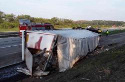 Ve směru na Prahu tah zablokoval převrácený kamion