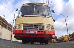Podobné autobusy jezdily Zlínem před 30 lety