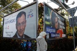 Předvolební plakáty vládní PiS a opoziční Občanské koalice