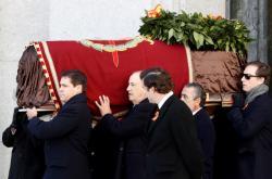 Příbuzní diktátora Francisca Franka nesoucí rakev s jeho ostatky